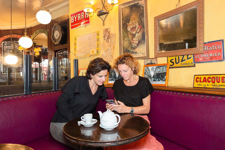 Diane et Véronique regardent sur leur téléphone
