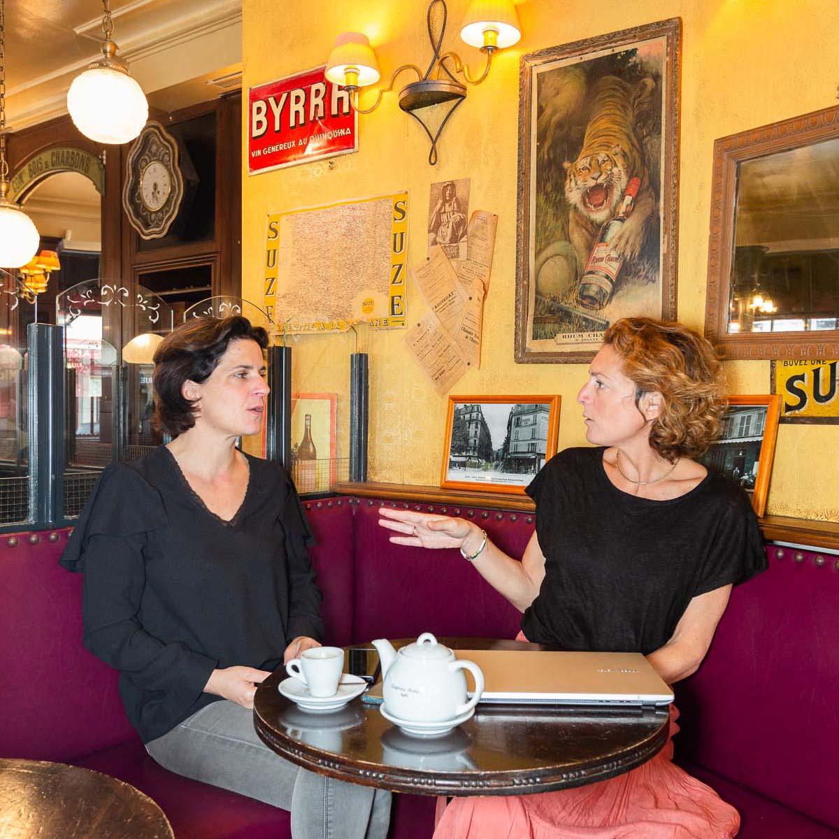 Diane et Veronique discutent